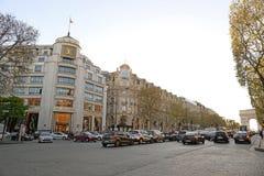 PARÍS 15 DE ABRIL: Los clientes están en la cola para entrar en la tienda de Louis Vuitton en Champs-Elysees en abril 15,2015 en  Fotografía de archivo