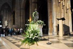 PARÍS 15 DE AGOSTO: Interior de la catedral de Notre-Dame en París, Francia el 15 de agosto de 2012 Foto de archivo
