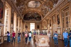 PARÍS 18 DE AGOSTO: Visitantes en el museo del Louvre, el 18 de agosto de 2009 en París, Francia. Imágenes de archivo libres de regalías