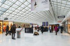 PARÍS - 20 de enero de 2016: Charles de Gaulle Airport, interior, G Fotos de archivo libres de regalías