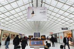 PARÍS - 20 de enero de 2016: Charles de Gaulle Airport, interior, G Imágenes de archivo libres de regalías