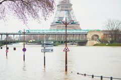 PARÍS - 25 DE ENERO: Inundación de París con extremadamente el apogeo el 25 de enero de 2018 en París Fotografía de archivo