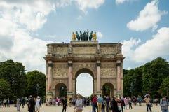 París - 11 de julio de 2014: Arc de Triomphe du Carrousel apretó con los turistas imagenes de archivo