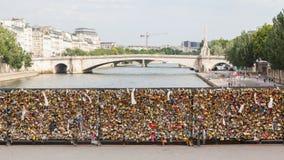 PARÍS - 27 DE JULIO: Los armarios en Pont des Arts simbolizan el amor para la víspera Imagen de archivo