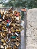 PARÍS - 27 DE JULIO: Los armarios en Pont des Arts simbolizan el amor para la víspera Foto de archivo libre de regalías
