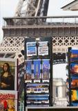 PARÍS - 27 DE JULIO: Soporte de la postal en la torre Eiffel el 27 de julio, Imagen de archivo libre de regalías