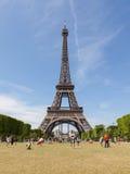 PARÍS - 27 DE JULIO: Turistas en la torre Eiffel el 27 de julio de 2013, Fotografía de archivo libre de regalías