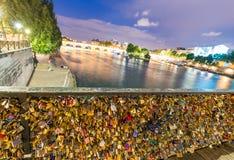 PARÍS - 14 DE JUNIO DE 2014: Candados del amor en Pont de l'Archeveche encendido Imágenes de archivo libres de regalías