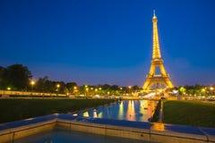 PARÍS - 15 DE MAYO Â-: Demostración ligera del funcionamiento de la torre Eiffel en los wi de la oscuridad Imagenes de archivo