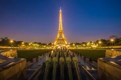 PARÍS - 13 DE MAYO: Demostración ligera del funcionamiento de la torre Eiffel en oscuridad con Imagenes de archivo