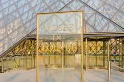 París - 18 de septiembre de 2012: Museo del Louvre encendido Foto de archivo