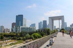 PARÍS - 4 DE SEPTIEMBRE: Turistas que caminan en el cuadrado central Imagenes de archivo