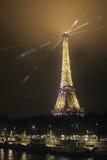 París, Eiffel y un paisaje urbano en una noche nublada Fotografía de archivo