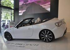 París, el 20 de agosto - coche blanco de Toyota en la sala de exposición en París Imagen de archivo