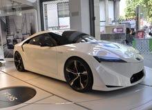 París, el 20 de agosto - coche blanco de Toyota en la sala de exposición en París Imagen de archivo libre de regalías