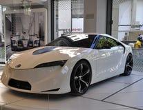 París, el 20 de agosto - coche blanco de Toyota en la sala de exposición en París Imagenes de archivo
