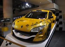 París, el 20 de agosto - coche de Renault en la sala de exposición en París imagen de archivo libre de regalías