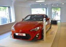París, el 20 de agosto - coche rojo de Toyota en la sala de exposición en París Fotografía de archivo