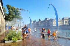 París, el 30 de agosto de 2016 La atracción turística de Paris Plage (París en la playa) con los caminos peatonales cerca del río Imagenes de archivo