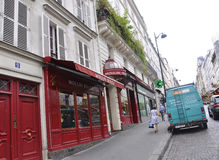 París, el 17 de julio: Magasin Moulin Rouge de Montmartre en París Imagen de archivo
