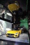 París, el 14 de julio: Mercedes Showroom en la avenida de Champs-Elysees en París imagen de archivo libre de regalías