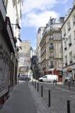 París, el 17 de julio: Opinión de la calle de Montmartre en París Fotografía de archivo