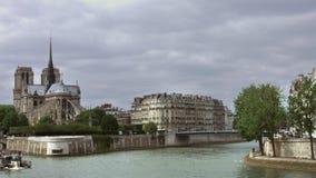 PARÍS, el 14 de mayo de 2016, Notre famoso Dame Tour Boat que pasa a franceses de mudanza de la nave de río Sena París Francia metrajes