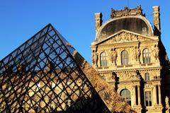 París, el Louvre, el Cour Napoléon Aile Turgot y la pirámide, en una tarde soleada de la caída imagenes de archivo