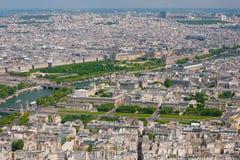 París en un día de verano soleado Imagen de archivo libre de regalías