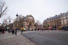 PARÍS - ENERO 25,2017: peple en el cuadrado del Saint-Michel en o delantero imágenes de archivo libres de regalías