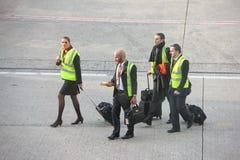 París, Francia - abril de 2016: Grupo de equipo EasyJet de la cabina que camina en pista de los campos de aviación en Charles de  foto de archivo