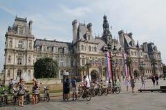 París, Francia - agosto 27,2017: Ayuntamiento Beautiful HÃ'tel de Ville en el cielo azul imagen de archivo libre de regalías