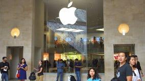 PARÍS, FRANCIA CIRCA agosto de 2017: Apple Store dentro del museo famoso del Louvre debajo del carrusel del arco metrajes