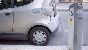 PARÍS, FRANCIA CIRCA agosto de 2017: Carga gris del coche eléctrico Electro coche que se coloca en la calle en Europa metrajes