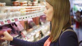 PARÍS, FRANCIA CIRCA agosto de 2017: Compras de la mujer joven en colmado Comprador en supermercado almacen de metraje de vídeo