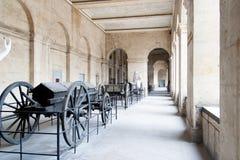 PARÍS, FRANCIA 23 DE ABRIL Artillería de Armon en el patio del DES Invalides del hotel fotografía de archivo libre de regalías