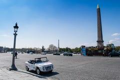París, Francia - 1 de abril de 2019: Coche turístico en la plaza de la Concordia fotos de archivo