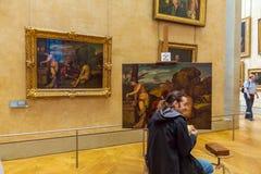 PARÍS, FRANCIA - 8 DE ABRIL DE 2011: Artista que trabaja dentro del Louvre Foto de archivo libre de regalías