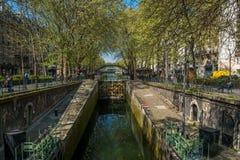 PARÍS, FRANCIA - 7 de abril de 2017 - cerradura del canal del ` s de San Martín en París Fotos de archivo