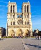 PARÍS, FRANCIA - 6 DE ABRIL DE 2011: el paseo francés delante de Cathe Imagen de archivo