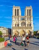 PARÍS, FRANCIA - 6 DE ABRIL DE 2011: el paseo francés delante de Cathe Fotos de archivo