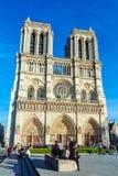 PARÍS, FRANCIA - 6 DE ABRIL DE 2011: el paseo francés delante de Cathe Imagen de archivo libre de regalías
