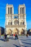 PARÍS, FRANCIA - 6 DE ABRIL DE 2011: el paseo francés delante de Cathe Fotografía de archivo libre de regalías