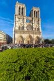 PARÍS, FRANCIA - 6 DE ABRIL DE 2011: el paseo francés delante de Cathe Imágenes de archivo libres de regalías