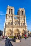PARÍS, FRANCIA - 6 DE ABRIL DE 2011: el paseo francés delante de Cathe Foto de archivo libre de regalías