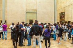 PARÍS, FRANCIA - 8 DE ABRIL DE 2011: Estudiantes que caminan dentro del Louvr Foto de archivo libre de regalías