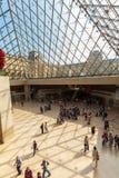 PARÍS, FRANCIA - 8 DE ABRIL DE 2011: Visitantes que caminan dentro del Louvr Imagenes de archivo