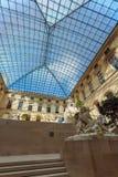 PARÍS, FRANCIA - 8 DE ABRIL DE 2011: Visitantes que caminan dentro del Louvr Imágenes de archivo libres de regalías