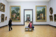 París, Francia - 12 de abril de 2011: Gente en el museo del Louvre fotografía de archivo libre de regalías