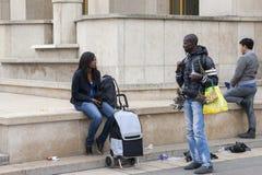 París, Francia - 12 de abril de 2011: Los inmigrantes africanos venden recuerdos imagen de archivo